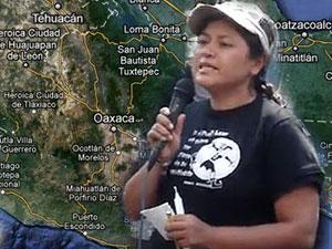 photo de Bety Carino en train de parler dans un micro, devant une carte du Mexique