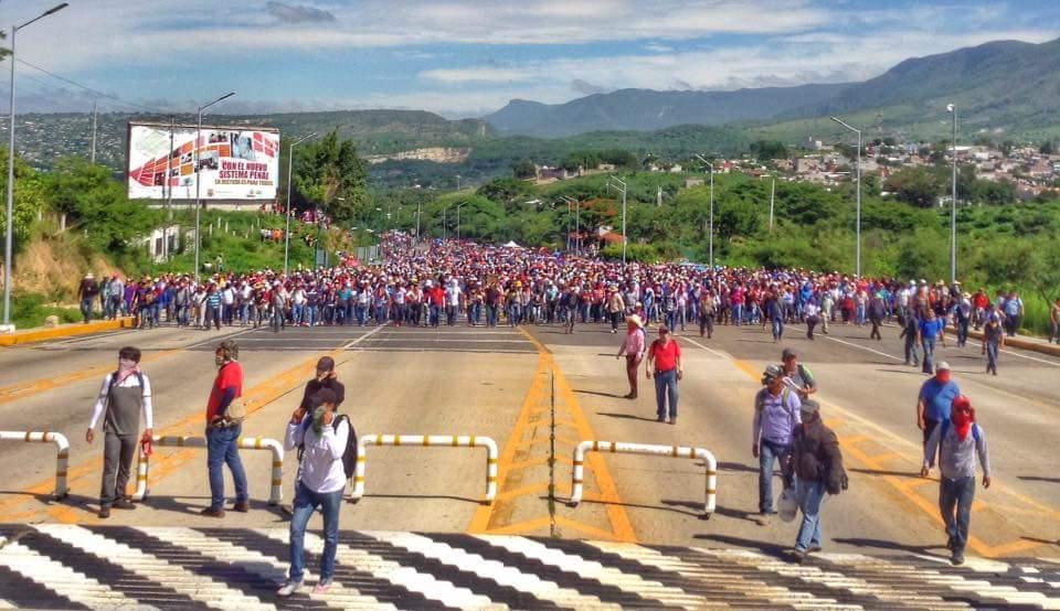 El miércoles los maestros y el pueblo bloquean la caseta de cobro en la carretera Tuxtla Gutiérrez - San Cristóbal.