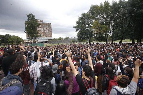 Una mega-assemblea en solidaridad con Oaxaca se celebró el 21 de junio con estudiantes, profesores y empleados de universidades de todo la Ciudad de México en la Universidad Nacional Autónoma de México.