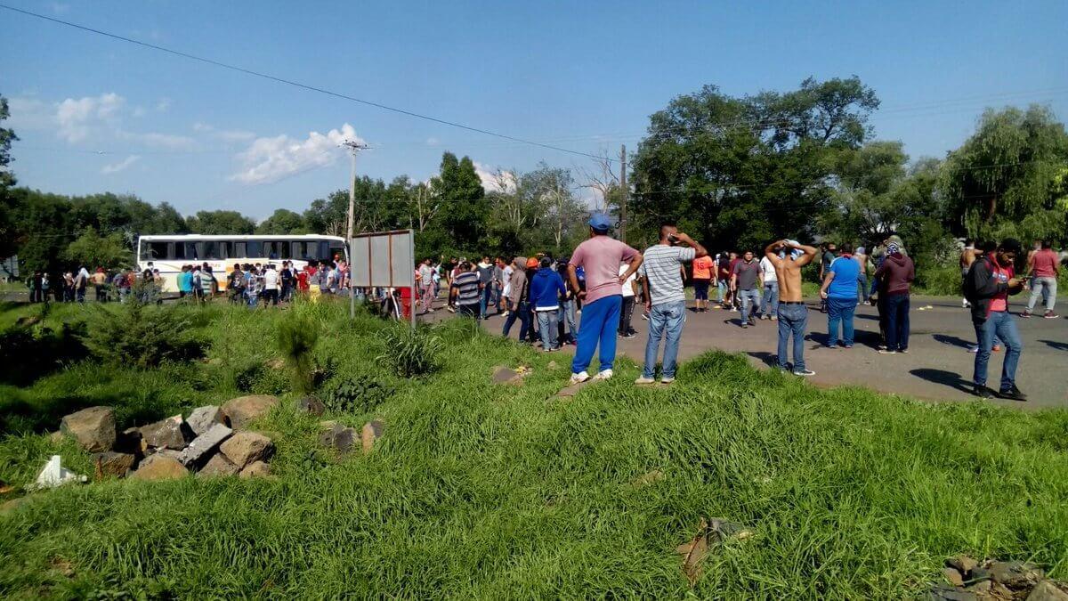 Policía abre fuego contra normalistas en Michoacán, uno herido de gravedad